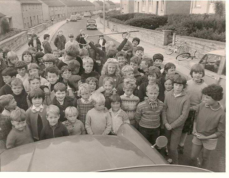 A group of bairns in Kirklands Road